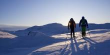 Stå på ski i midsommersolen