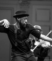 Bach in the Street - Klassisk musik möter streetdance i berättelse om att ärva och bära minnen, att fly och rotas i ny jord