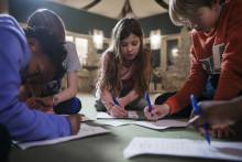 Barn ställer frågor till politiker om mänskliga rättigheter