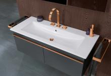 Des détails métalliques dans la salle de bains : Une touche scintillante pour la vasque, la douche et la baignoire