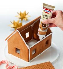 Baking glue gör det lättare att sätta ihop pepparkakshus