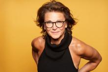 """Katrin Sundberg firar 40 år på scenen med Sverigeturné för soloföreställningen """"Jag gör vad fan jag vill""""!"""