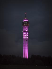 Kaknästornet lyser rosa för att uppmärksamma kampen mot cancer