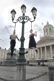 Hårhängning i Kungsträdgården inför cirkusföreställningen Capilotractées