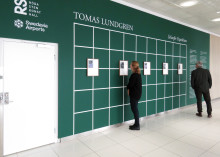 Tomas Lundgren visar historiens snedsteg på Göteborg Landvetter Airport och Röda Sten Konsthall