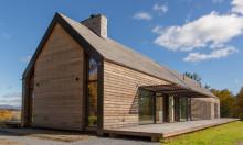 """Hudson Valleys: Holzhaus """"Silvernails"""" mit Hülle aus Kebony zitiert regionale Bauernhäuser"""