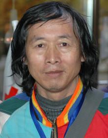 Chen Liangquan reser jorden runt för fred och för Röda Korset