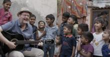 Hundratals skolbarn sjunger för Världens Barn