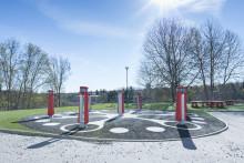 Lekolar inreder skolgård med interaktiv utelek