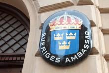 Sveriges ambassadör delar ut diplom i Sarajevo