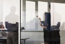 Ny guide erbjuder praktiska råd för att motarbeta sexuella trakasserier på arbetsplatsen