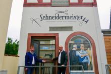 Kleinwallstädter Schneiderwerkstatt als Blickfang auf Trafostation