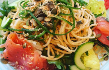 Korshags recepttips: Asiatisk nudelwoksallad med gravad lax & sojadressing