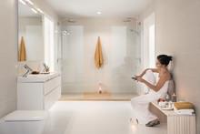 Käytännöllisessä kylpyhuoneessa arki rullaa leikiten