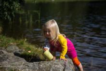 Låt barnen njuta solen i sommar! ISBJÖRNs solkläder skyddar säkert och miljövänligt