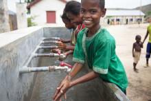 WaterAid och H&M Conscious Foundation lanserar nytt samarbete för att ge 250 000 skolbarn rent vatten, sanitet och hygienutbildning.
