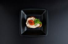 Korshags recepttips: Liten toast med laxsallad på varmrökt lax, rom, koriander & sesamfrön