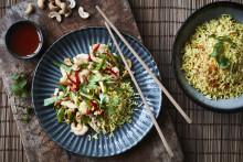 Recept på wokad kyckling med räkor och kryddat ris
