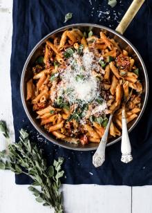 Opskrift: Pasta penne med chorizo, tomater og chili