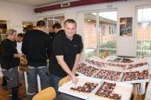 10 års jubilæum: Første fiberkunde fejret med kæmpe-kagemand
