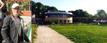 Jonas Paulman planterar Barnens träd på Pysslingen Förskolor Långholmen den 9 juni