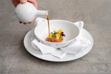 Präzise Handarbeit vereint - Das Restaurant DUKE Team serviert auf edlem KPM Geschirr