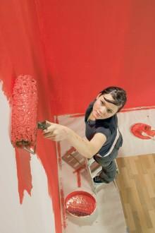 Varannan svensk bygger eller renoverar i jul − Tapetsering och målning står högst upp på listan