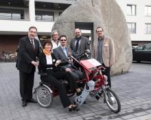 """Die Sparkassenstiftung Neuss übergab dem St. Augustinus Memory-Zentrum in Neuss ein """"Dreirad-Tandem"""" für Demenz-Betroffene"""