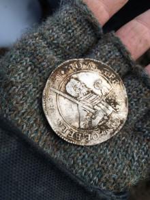 Detektorfolk finder stor sølvdaler-skat på Falster