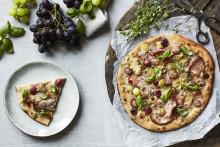 Recept på pizza med skinka och druvor