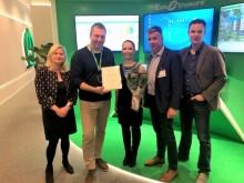 Aalto Yliopiston Laura Remes vastaanotti Hyvä Opinnäytetyö -stipendin Schneider Electricin toimitusjohtajalta Jani Vahvaselta