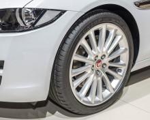 Nya Jaguar XE med däck från Dunlop