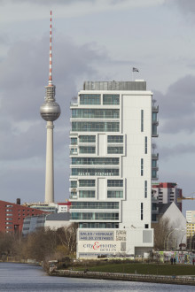 "Next Level Living in Berlin:  Panoramablick auf der Terrasse der ""LIVING LEVELS"" durch Lamellenfenster von EuroLam"