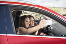 Svenskar gör mycket annat i bilen än att bara köra