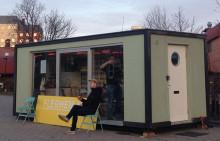Vi flyttar in i en portabel enrummare och bjuder kommunalrådet på inflyttningskaffe