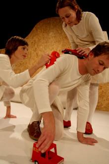 Veckans Sommarlund: en pjäs om en boll, en bil och en lampa och improvisationer kring en kulturchef på en dagstidning