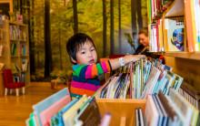 Stor donation av barnböcker till Drottning Silvias barn- och ungdomssjukhus