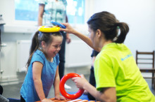 Rörelsehindrade barn firar att Konduktiv Pedagogik omfattas av vårdvalet i Stockholm