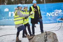 Amanda Agestav klöv stenblock och invigde byggstarten av Klippblocket