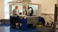 Idag utför vi underhållsservice på vår egen DATRON M10pro för att försäkra oss om maskinens höga precision och goda funktion.