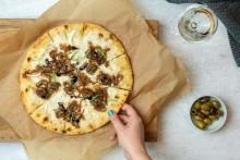 Recept: Pizza med getost & karamelliserad lök