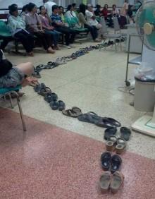 Med Queue-cloud´s tjänster för kösystem kan dina kunder göra annat när de väntar i kö och dessutom behålla skorna på.