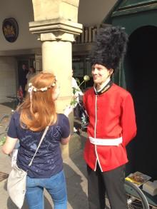 Make Laugh! Wenn's klappt, lacht in Münster nicht nur der Royal Guard sondern auch der Gewinner einer Sprachreise nach London