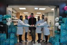 Entreprenörer ansluter sitt apotek i Tullinge till Apoteksgruppen och öppnar nytt på Södra station i Stockholm.