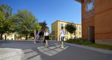 Högskolan i Skövde erbjuder cirka 2 100 personer plats på utbildningsprogram