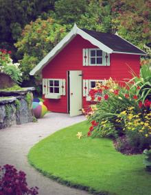 Trendspan från Skånska Byggvaror. Påkostade lekstugor tar allt större plats i våra trädgårdar