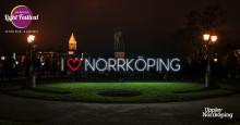 Budskapet lyser starkt i Carl Johans Park- vi älskar Norrköping
