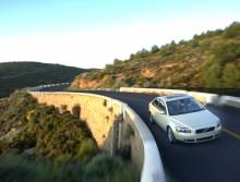 Bra bil är viktigaste faktorn för lyckad semester tycker svenskarna - som helst kör Volvo
