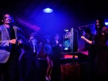 Dans hele natten med høyttaleren XB72 fra Sony