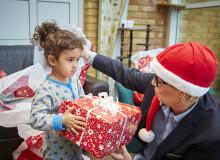Anställda skänker julklappar till nyanlända flyktingbarn